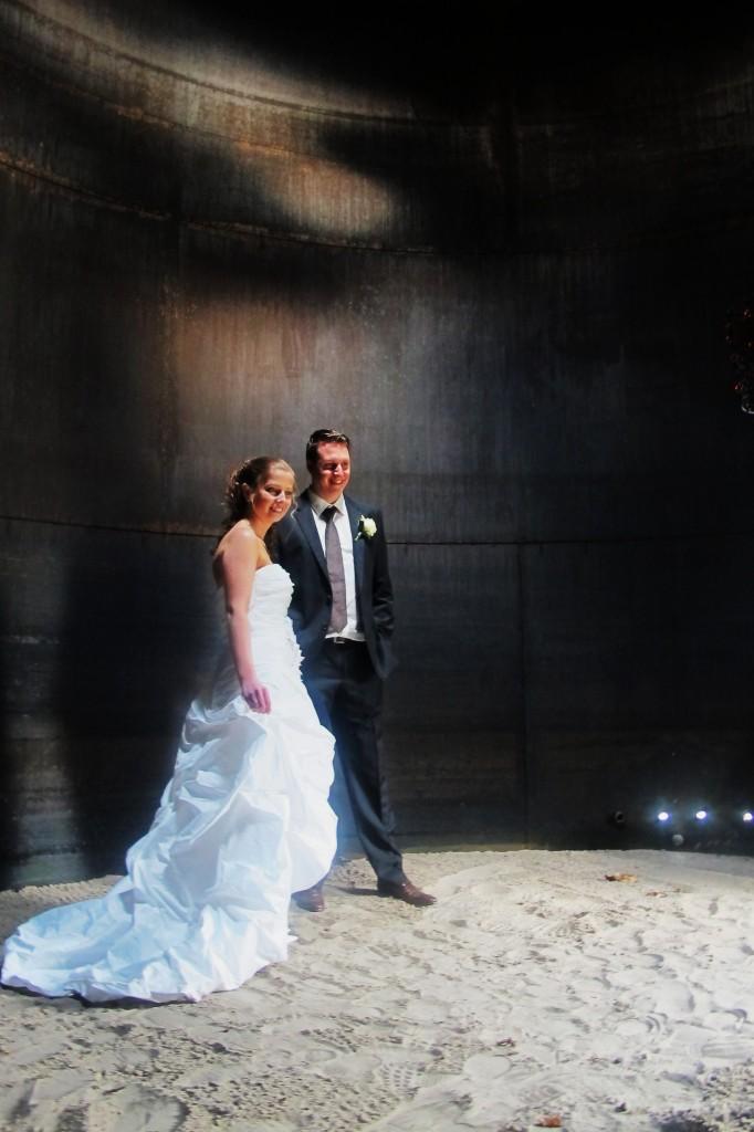 huwelijksfoto-hilde-frateur-in-de-klanktank-van-het-netepaleis-kessel-april-2013-682x1024