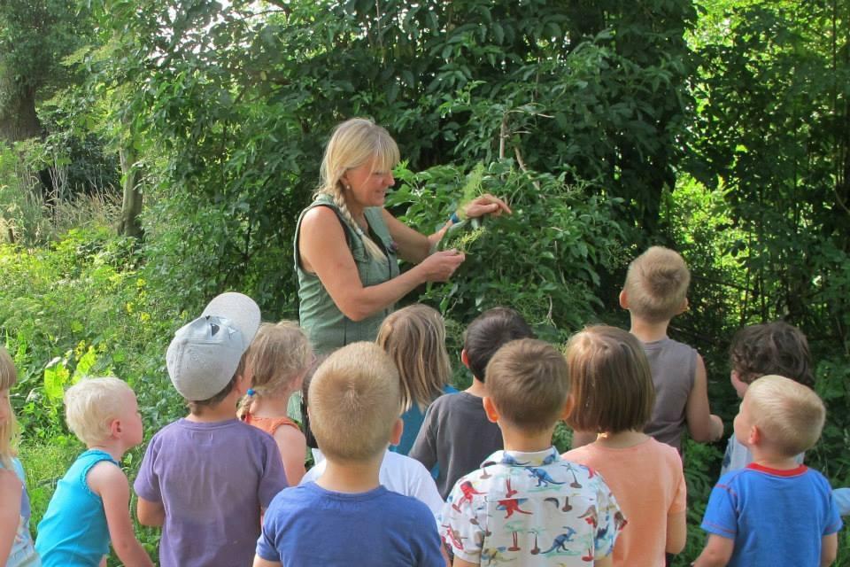 Natuurgids Hilde Frateur laat kinderen het wonder van de natuur ontdekken!