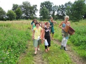 Hilde Frateur en Evelyne Lauwers spelen wandelend voor de kinderen na het veldspel in de tuin van Het Netepaleis juli 2012